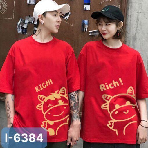I6384 Ao Thun Doi Mau Do In Rich Con Trau